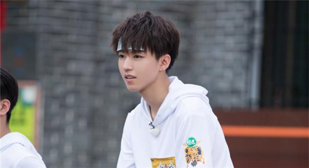 王俊凯挑战3米6的跳远距离